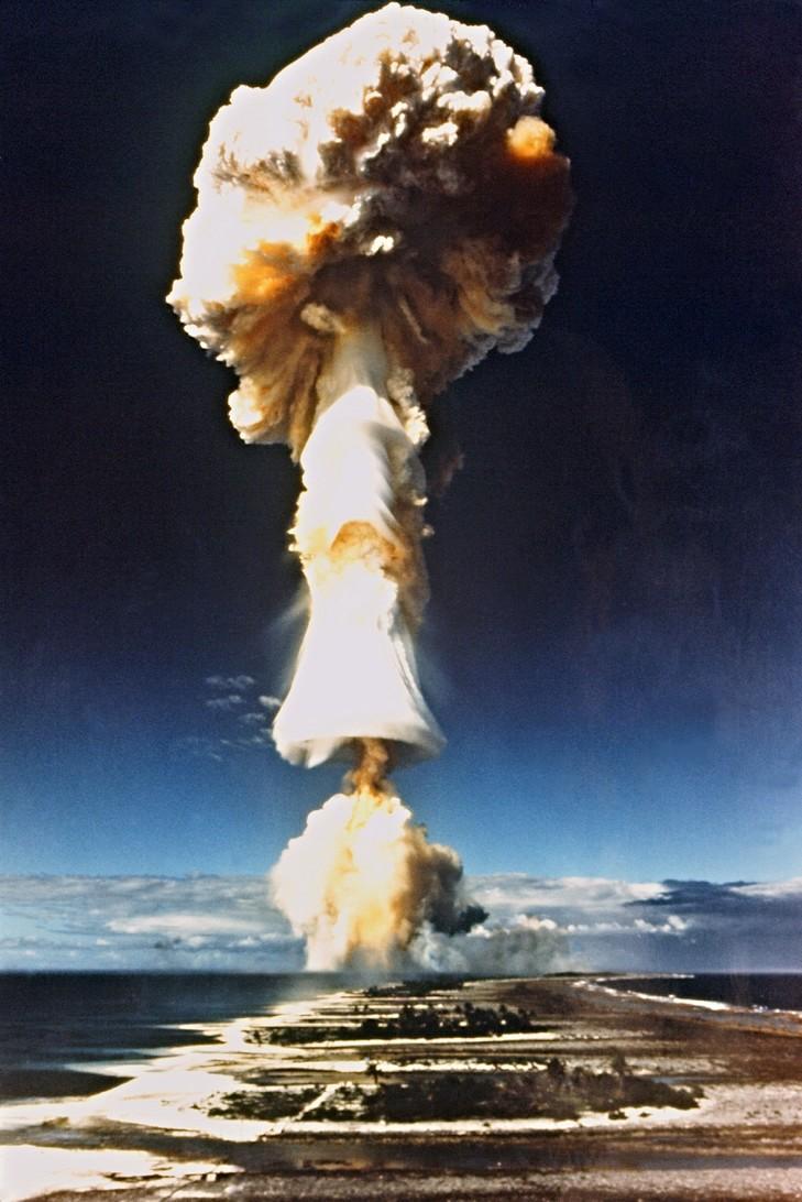 LacroixEssai-nucleaire-francais-1970-Mururoa_1_730_1092.jpg