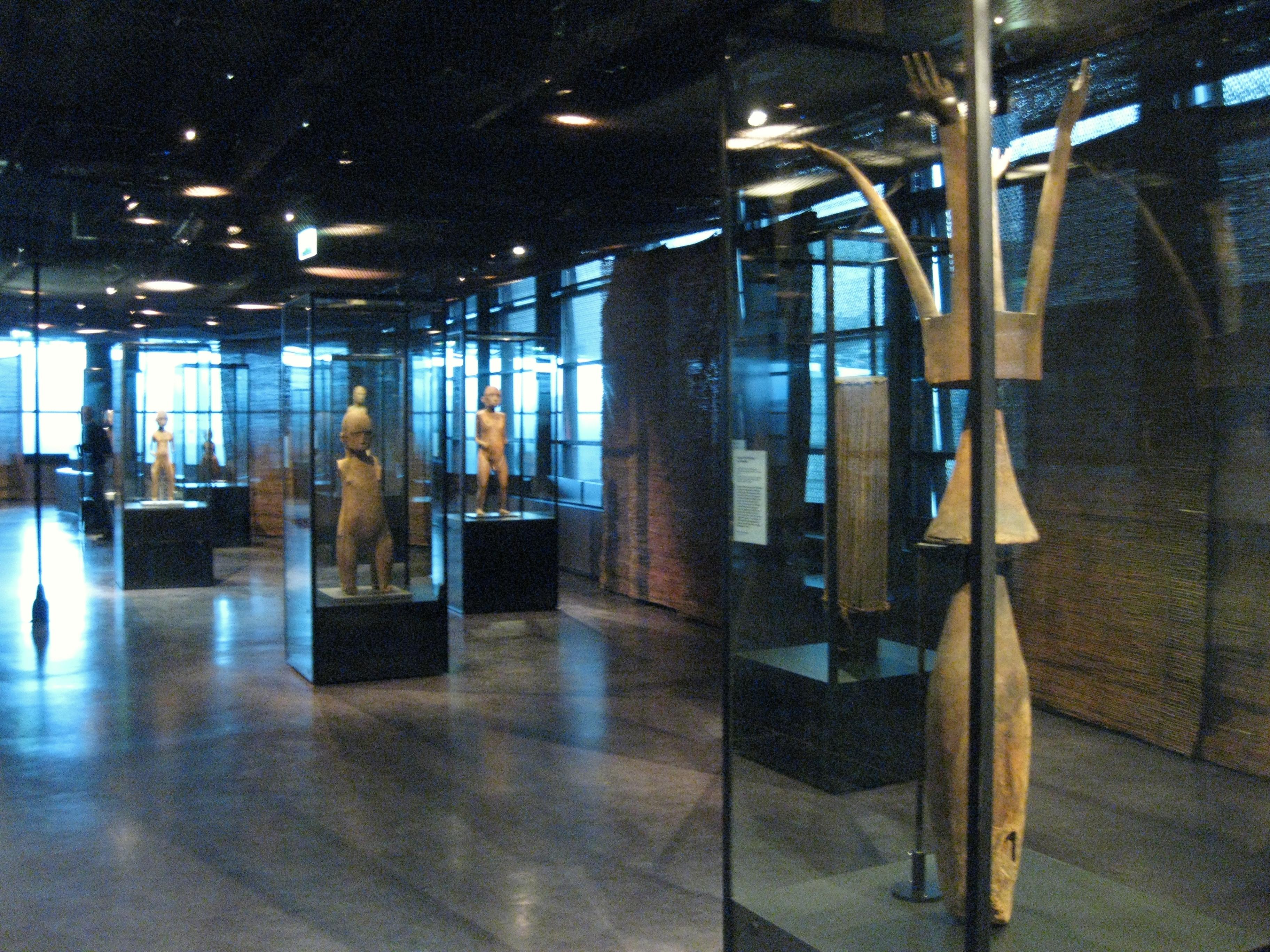 Mangareva, expo Paris, Salle sculpture, Poteau