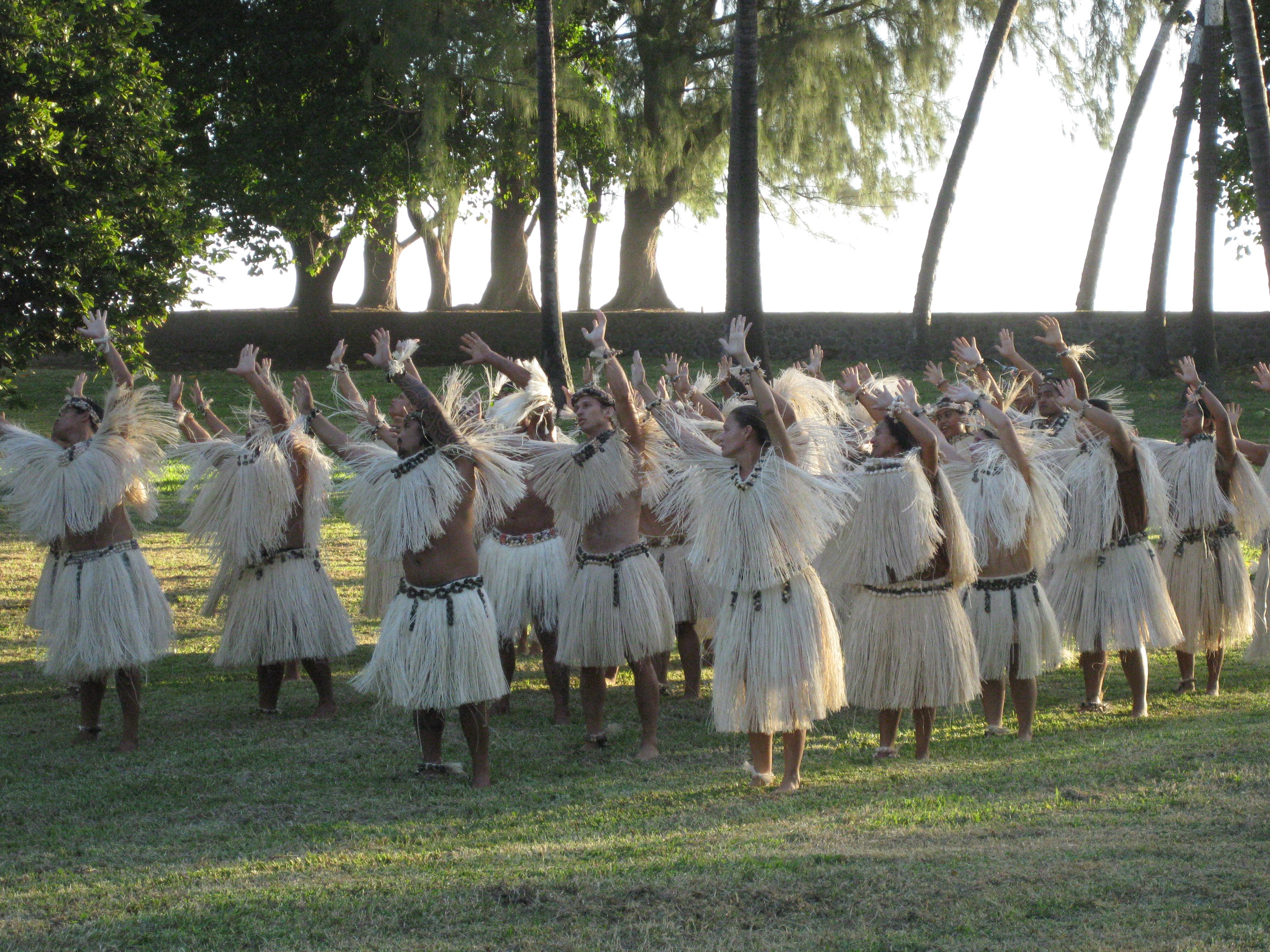 Mangareva. Danse. Début de la danse 2. Exposition Tahiti, 2009